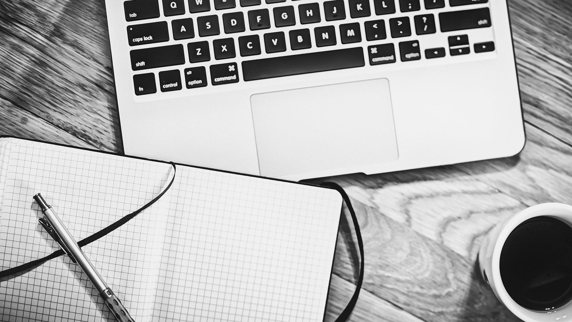 notitieboek, laptop en koffie: een nieuwe routine toevoegen.