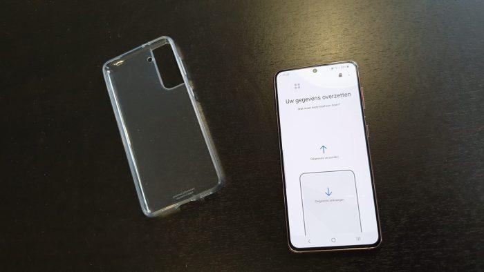 Het transparante hoesje en Samsung Smart Switch op de telefoon.