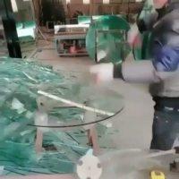 Cara potong kaca menjadi meja bulat. Kok terasa sayang kali sisa kacanya