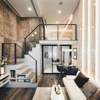 Ruang keluarga dengan high ceiling dan tangga berbeda