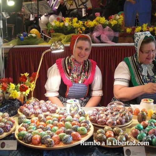 Artesanas que pintan huevos de pascua