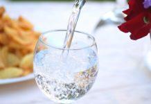 網路訊息說「用吸管慢慢喝水」才對,你覺得呢?(圖片來源:https://pixabay.com)