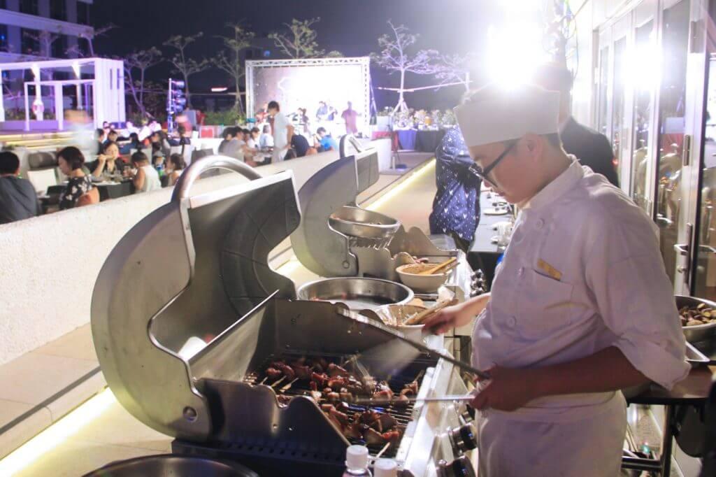 台南晶英酒店五星主廚團隊專人炭烤BBQ。(圖/台南晶英酒店提供)