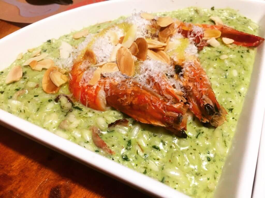吃義燉飯-青醬大蝦培根燉飯。(圖/吐司客拍攝)