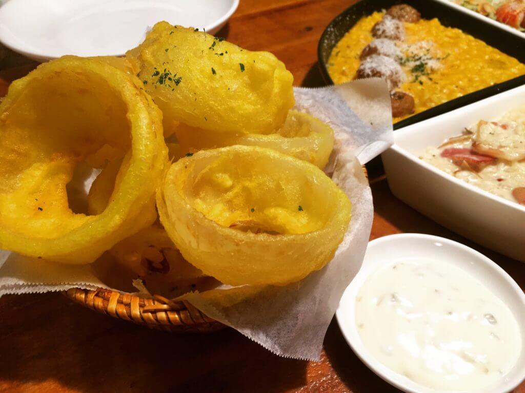 吃義燉飯-鮮切洋蔥圈附塔塔醬。(圖/吐司客拍攝)
