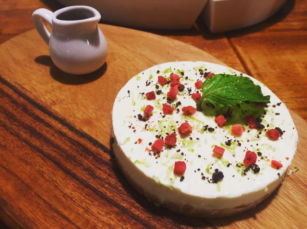 吃義燉飯-吃義塊乳酪蛋糕。(圖/吐司客拍攝)
