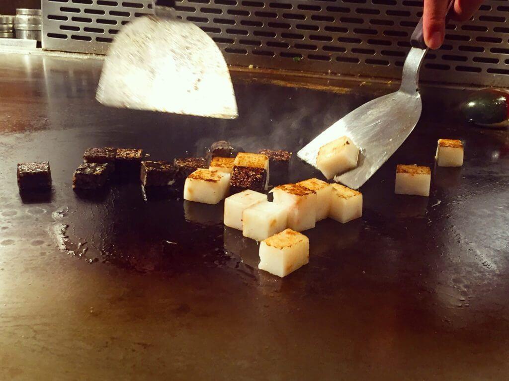 香蓮鐵板燒的雙連蛋糕拌炒過程。(圖/吐司客拍攝)