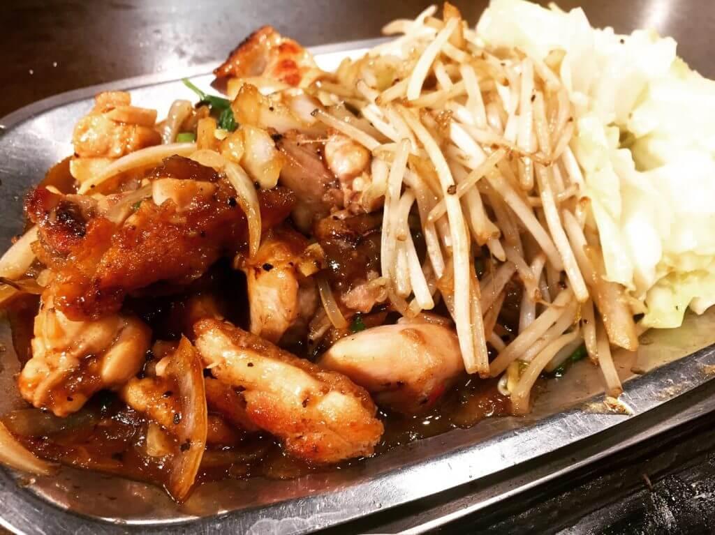 香蓮鐵板燒醬炒去骨雞腿肉。(圖/吐司客拍攝)