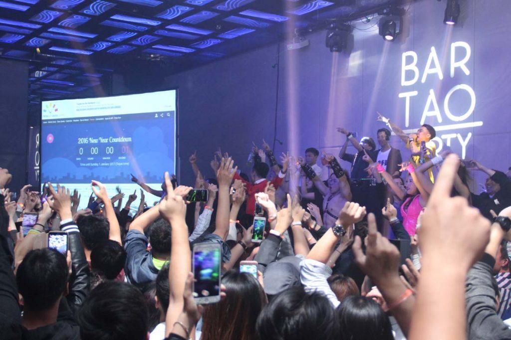 台南晶英酒店跨年派對現場提供多項大獎的摸彩遊戲,知名派對DJ&MC加上派對女郎與猛男熱力舞動。(圖/台南晶英酒店提供)