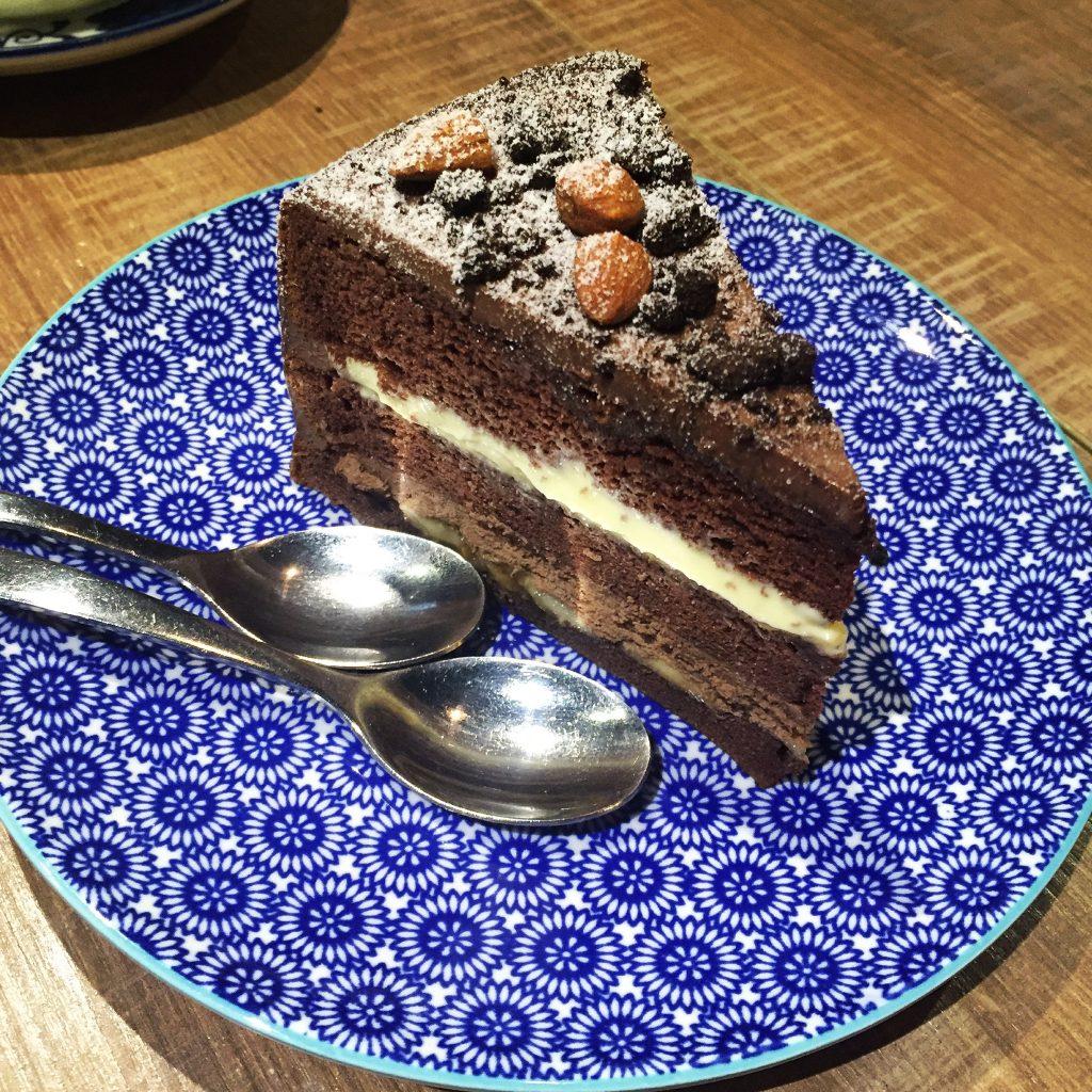 Cin Cin Osteria 請請義大利餐廳香蕉巧克力慕斯蛋糕。(圖/吐司客拍攝)