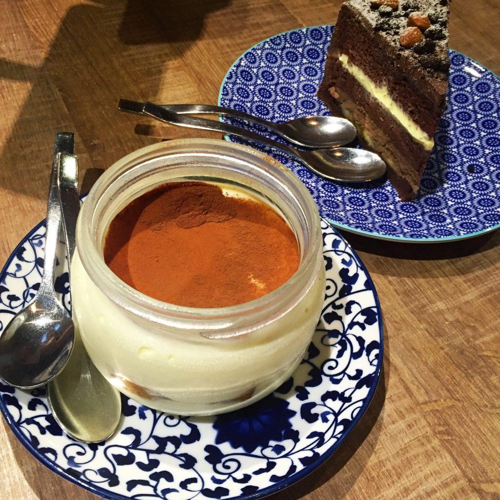 Cin Cin Osteria 請請義大利餐廳巧克力香蕉慕斯蛋糕和一大罐提拉米蘇。(圖/吐司客拍攝)