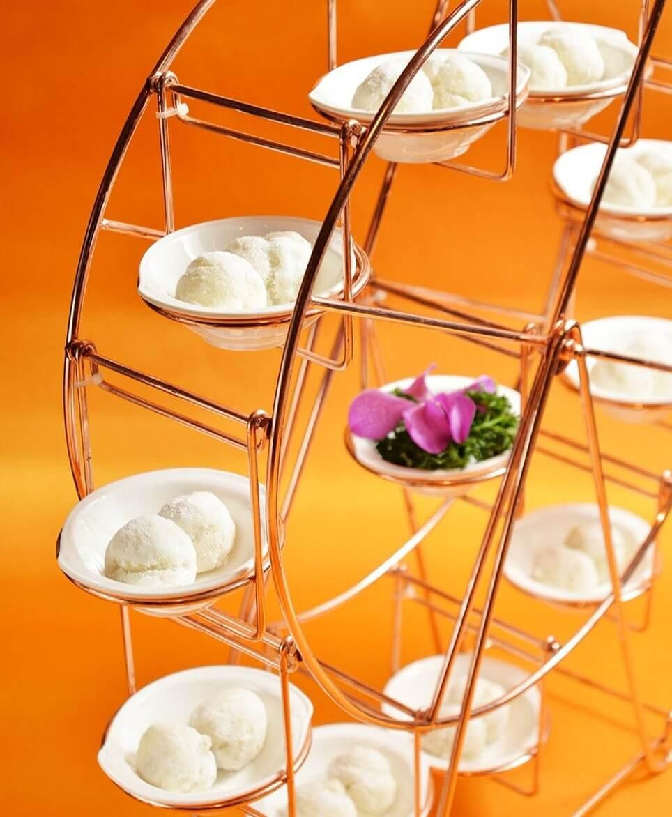 「金銀圓棗」上桌時用金色絢麗摩天輪呈盤,更顯阿舍菜的豪奢作風! (圖片來源:台南晶英酒店提供)
