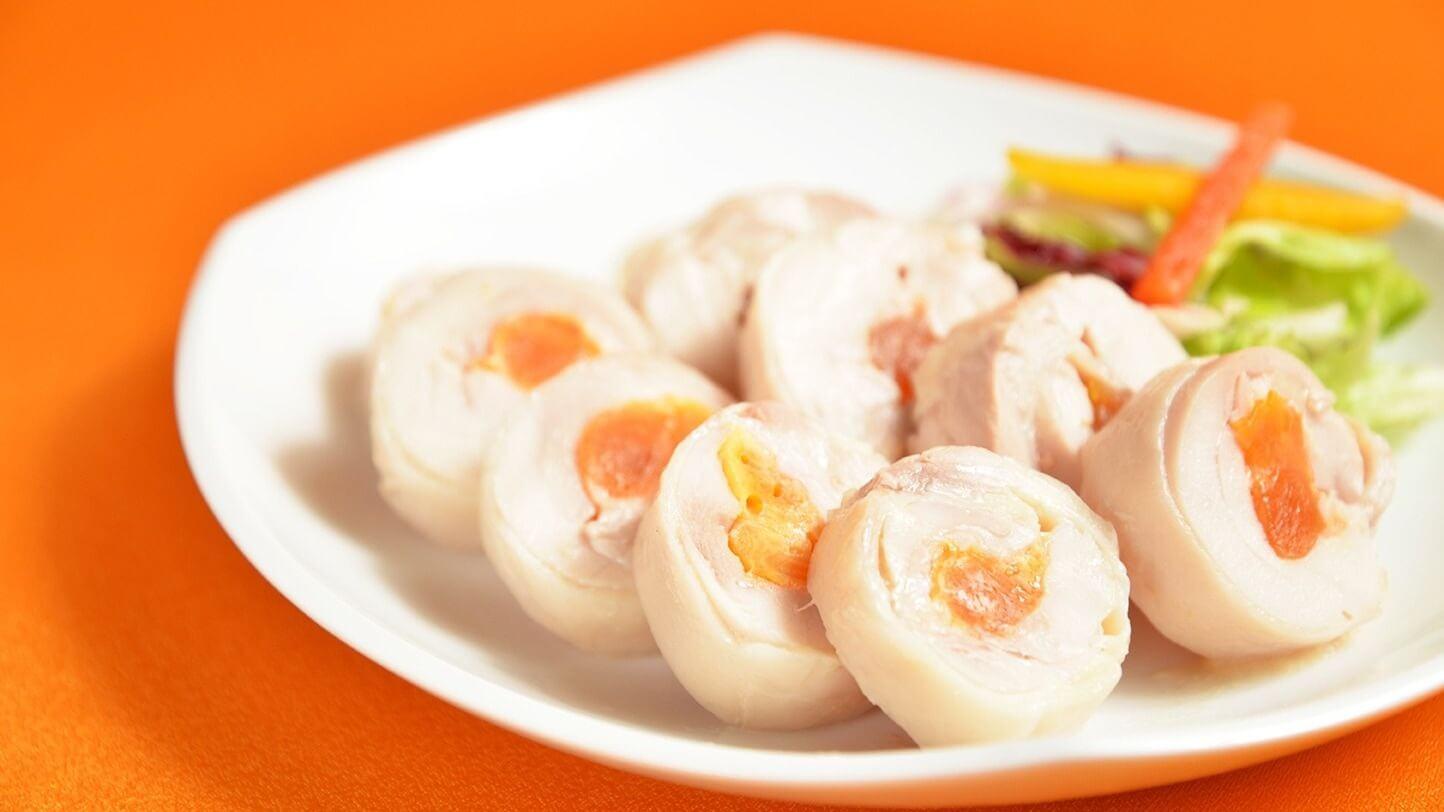 九品冷盤中將去骨雞腿肉裹著鹹蛋黃的「鳳腿照月」。(圖片來源:台南晶英酒店提供)