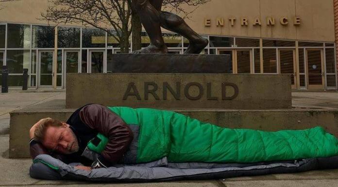 阿諾·史瓦辛格被酒店經理唬弄,州長卸任就沒免費房間著?這是假故事一則。(圖片翻攝自阿諾·史瓦辛格臉書粉絲團)