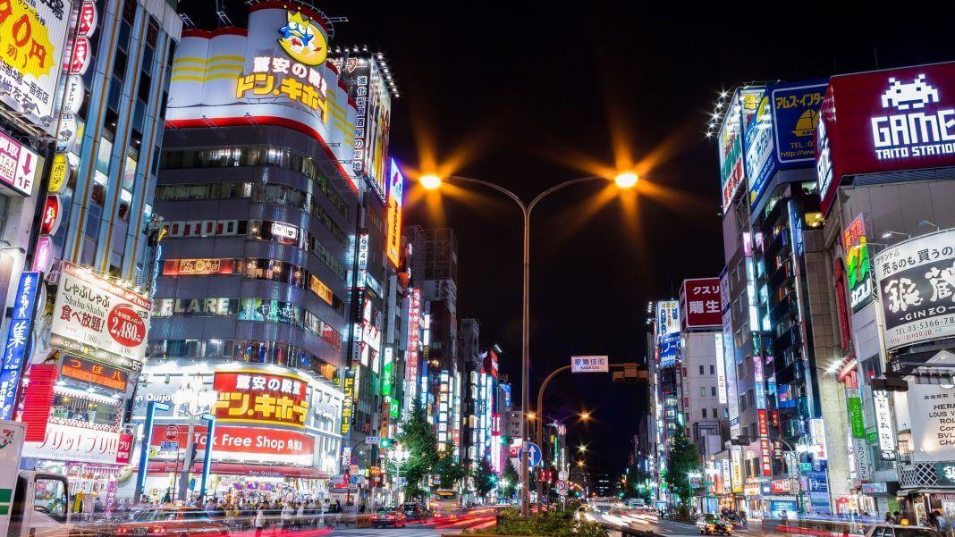 東京新宿街景。(圖片來源:By Kakidai (Own work) [CC BY-SA 4.0 (https://creativecommons.org/licenses/by-sa/4.0)], via Wikimedia Commons)