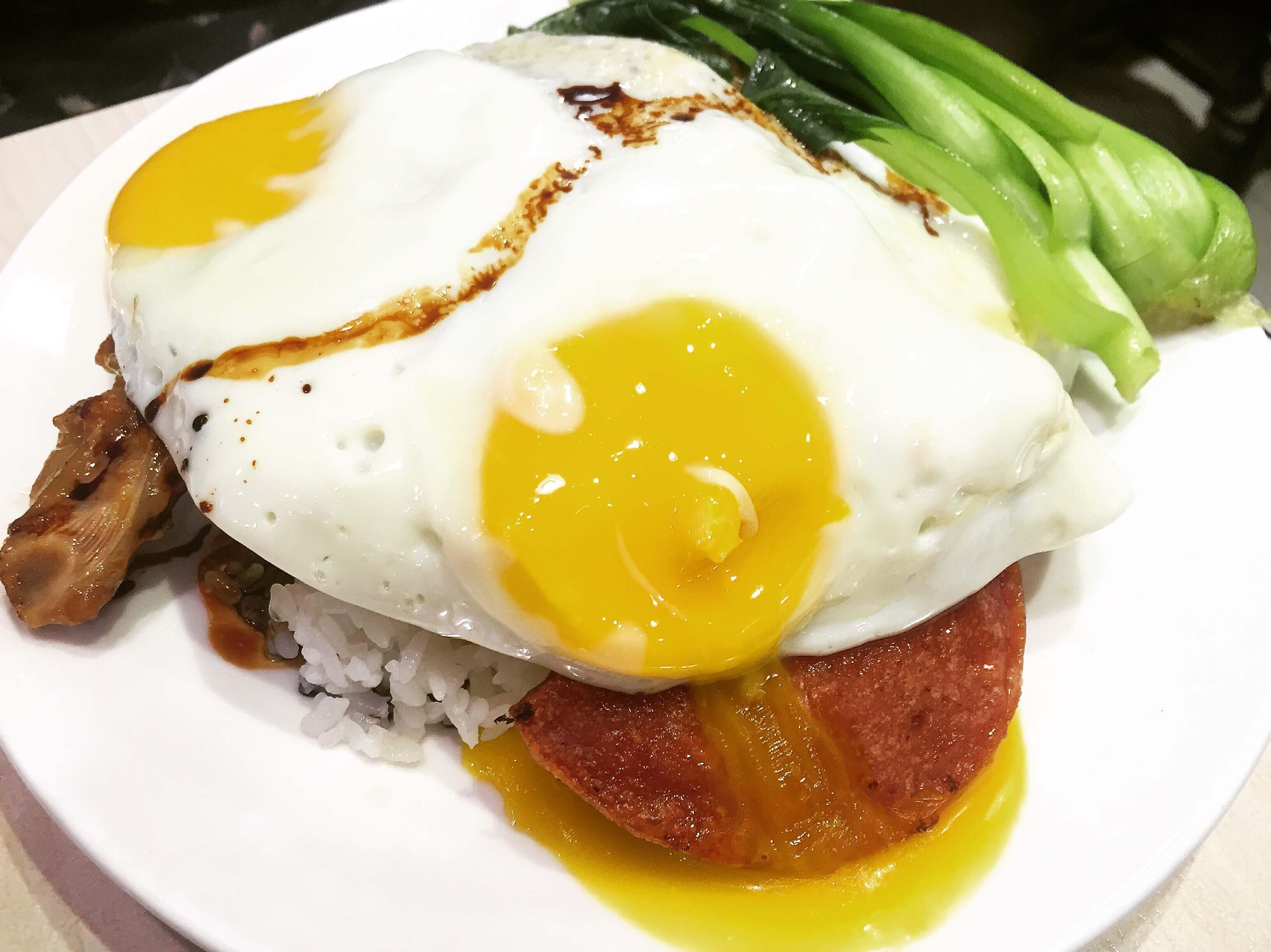 茗香園冰室豬扒餐肉煎蛋飯。(圖/吐司客拍攝)