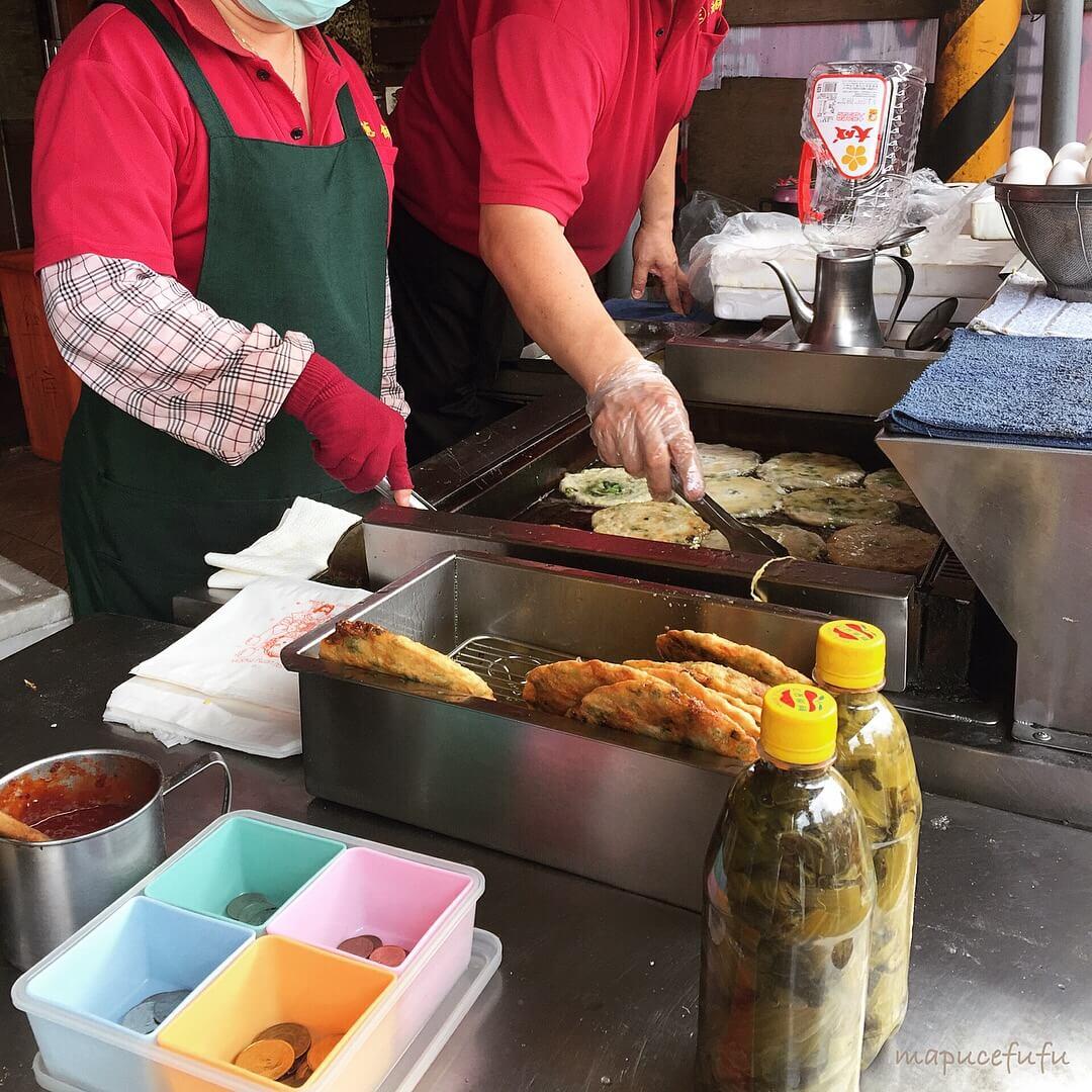 味珍香卜肉店前蔥油餅。(圖/吐司客拍攝)