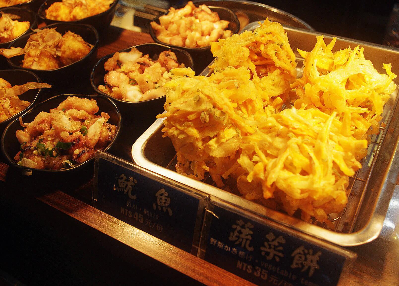 米澤製麵古亭店為自助式服務,可以挑選自己喜歡的配菜。(圖/吐司客拍攝)
