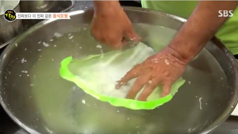 看看您還敢去韓國嗎? 餐廳吃蔬菜都是這樣來的 ?這是食物模型,你先吃給我看吧!(圖/翻攝自韓國SBS Youtube影片)
