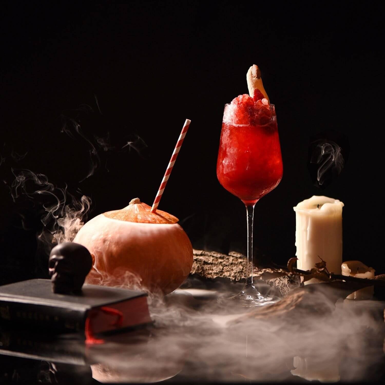 限量版調酒傑克南瓜 Jack-O'-WOO(L) 無名屍 Bloody Flesh(R)。 (圖/台北W飯店提供)
