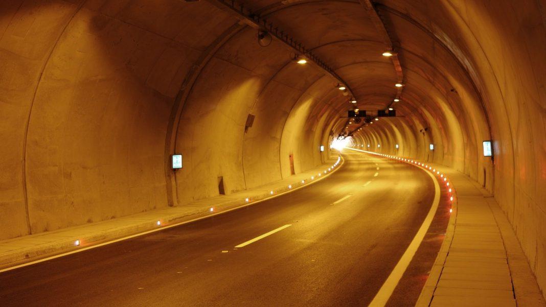警車隧道內開警示燈無鳴警笛別讓道 ?因為讓了會罰3000元?(圖片來源:https://pixabay.com)