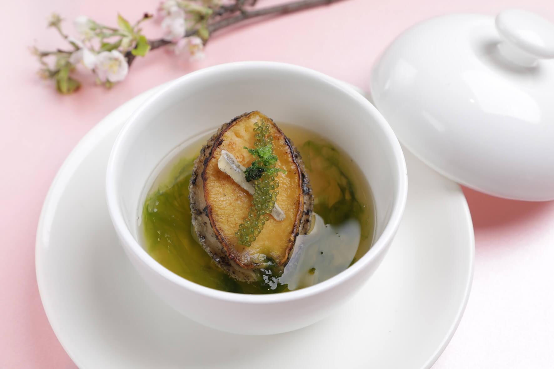 「鮑魚海味湯」。(圖/台南晶英酒店提供)