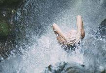 總是聽到人們在洗澡時摔倒後中風,所以 洗澡時不要先洗頭 ?這謠言毫無根據有夠瞎(圖片來源:https://pixabay.com)