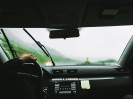 下雨天開車戴墨鏡(圖翻攝自網路)