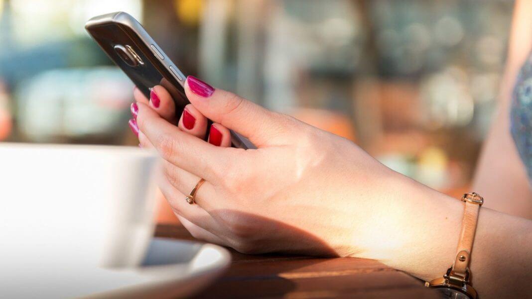 擔心國家機器? 拿起手邊的手機直撥126 ,就可知有無被監聽?假的啦!(圖片來源:https://pixabay.com)