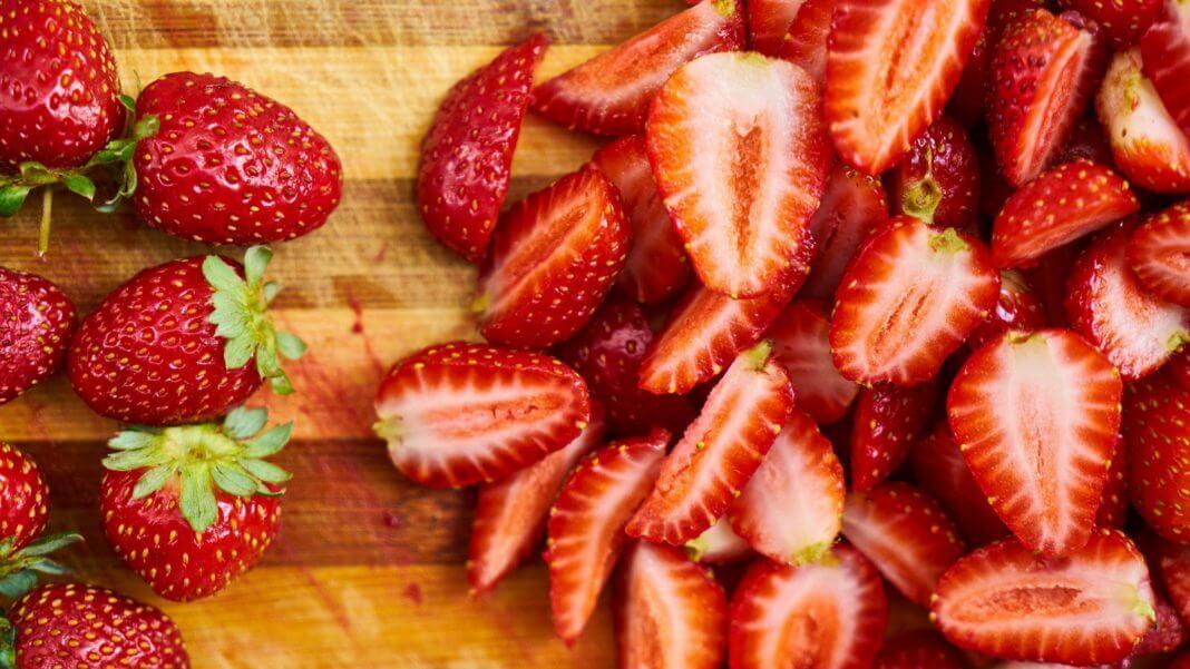 草莓有蟲(圖翻攝自網路)