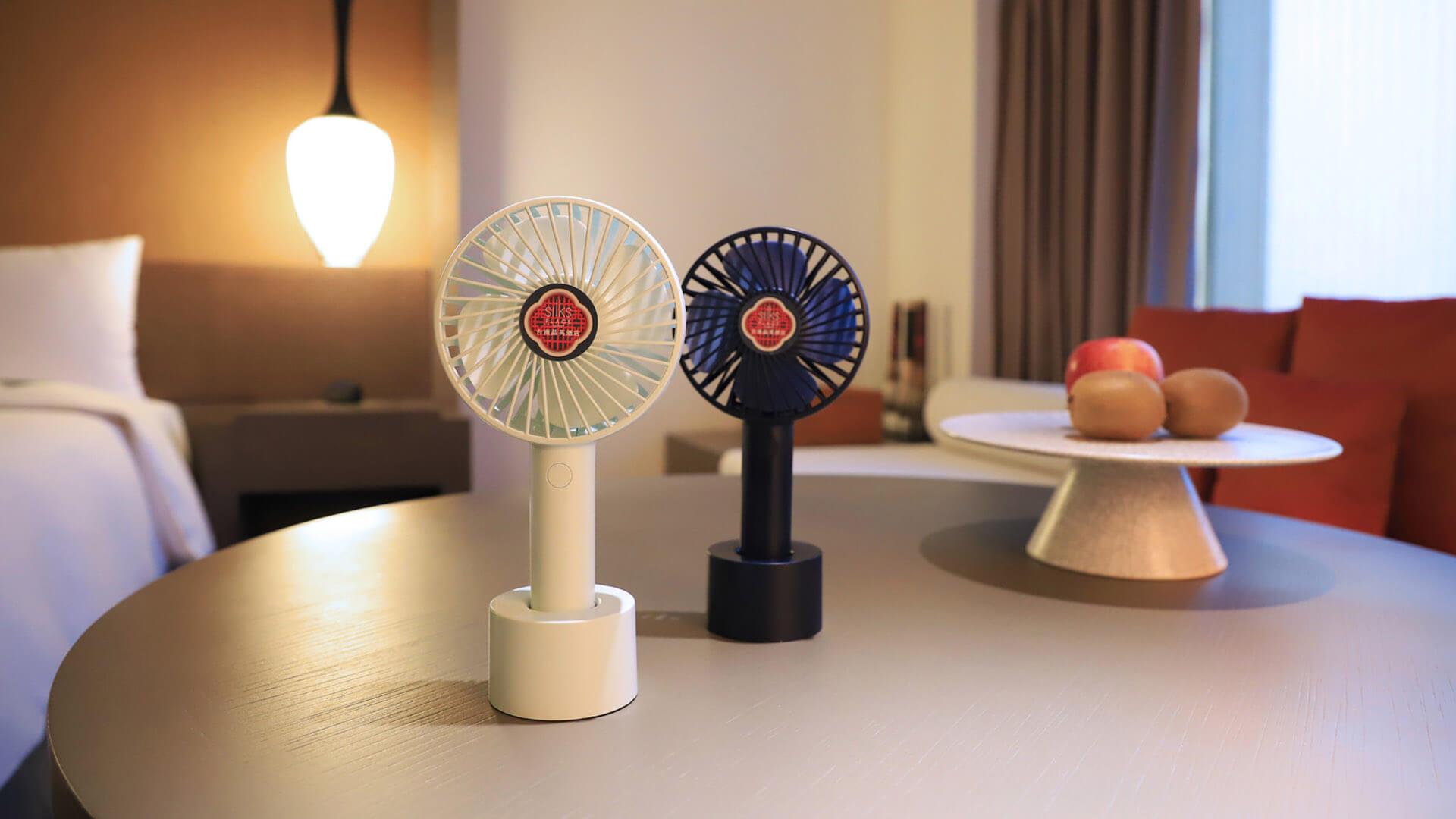 「艾美特」聯名推出六週年限定款USB手持迷你靜音小風扇(圖/台南晶英酒店提供)
