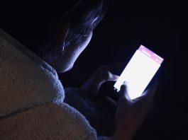 晚上不睡覺、不開燈滑手機, 藍光導致臉部出現白斑症 ?錯誤謠言別相信!(圖片來源:https://pixabay.com)