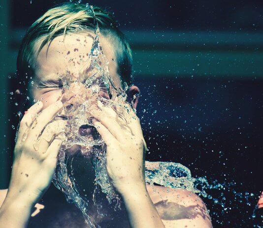 轉發「 洗臉小竅門 」助姊妹永保年輕?滿滿的錯誤迷思小心皮膚遭殃。(圖片來源:https://pixabay.com/images/id-2616679/)