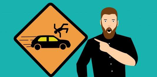 最新詐騙手法 ,開車族請小心?阿伯和假警察聯手騙?是假消息在騙你啦!(圖/https://pixabay.com/zh/illustrations/accident-car-city-sign-automobile-4441638/)