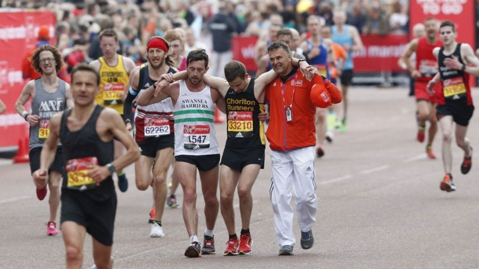 London Marathoner sacrifices his own race to help exhausted runner in act of 'ultimate sportsmanship'