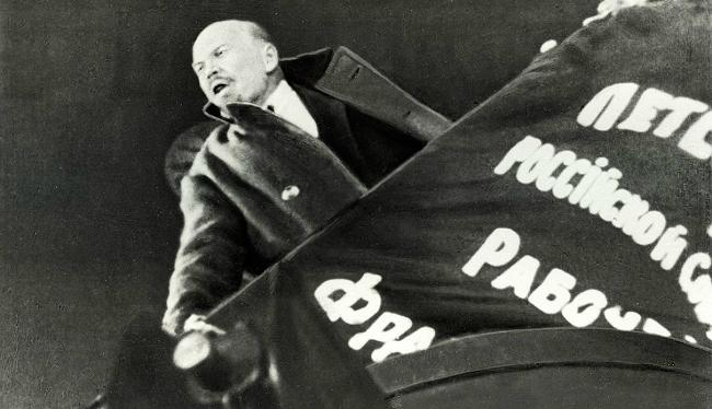 Кадр из фильм Сергея Эйзенштейна «Октябрь» (1928), представленного в программе 'The Non-Actor': В.И. Ленин на трибуне.