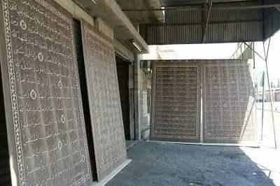 خطاط سوري و نجار مصري يعملان علي أكبر نسخة من القرآن الكريم في العالم 6