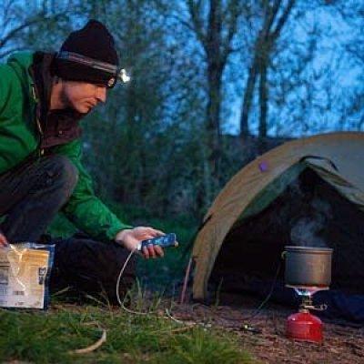 منتجات غريبة : اشحن هاتفك المحمول علي النار بإستخدام إناء طهي ! 2