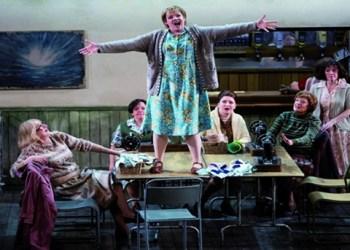 """""""Johohoe!""""- Rachel Nicholls als Senta in der Scottish Opera Produktion von Wagners 'Fliegendem Holländer'. Foto: James Glossop"""