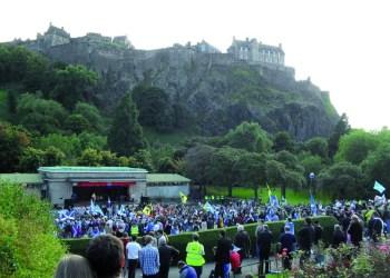 Vor historischer Kulisse des Schlosses in Edinburgh- eine pro-Unabhängigkeitsdemonstration im Herbst 2012. : Foto- Samuel Rieth