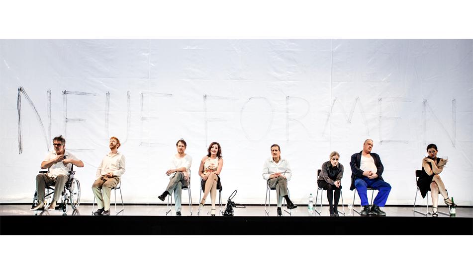 Die Zuschauer reagieren auf Kostjas neues Theaterstück mit Unverständnis und Desinteresse. Foto: Florian Merdes