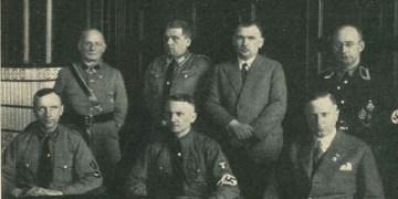Die badische Landesregierung nach der Machtübernahme der Nationalsozialisten: Sitzend in der Mitte Reichsstatthalter Robert Wagner, stehend hinten Rechts Polizeiminister Karl Pflaumer. Bild: ns-ministerien-bw.de