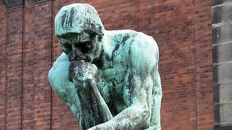 """Der """"Denker"""" von Auguste Rodin ist das Sinnbild des rätselnden und forschenden Menschen. Bild: wikimedia commons/ Hansjorn (Hans Andersen)"""