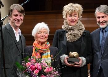 Von links nach rechts: Intendant Holger Schultze, Roswitha Sperber, Gewinnerin Iris ter Schiphorst, Kulturbürgermeister Joachim Gerner. Bild: Annemone Taake