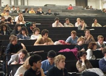 Häufig gelten Studenten als faul und uninteressiert. Stimmt das? Bild: Bundesarchiv (https://nl.wikipedia.org/wiki/Onderwijs_in_Duitsland#/media/File:Bundesarchiv_B_145_Bild-F079105-0014,_Heidelberg,_H%C3%B6rsaal_in_der_Universit%C3%A4t.jpg) CC BY-SA 3.0 DE (http://creativecommons.org/licenses/by-sa/3.0/de/deed.en)