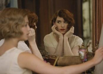 Indem der Künstler Einar (Eddie Redmayne) seiner Frau (Alicia Vikander) in hübschen Kleidern Modell sitzt, beginnt er zu seiner neuen Identität als Frau zu finden. Universal Pictures International Germany GmbH.