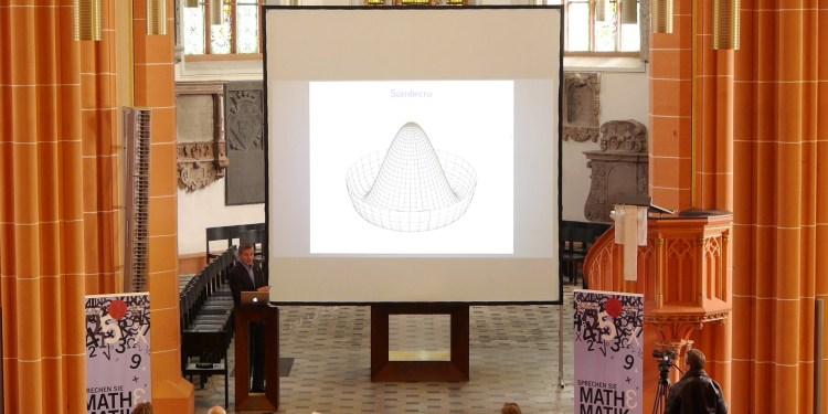 Prof. Dr. Manfred Salmhofer • Universität Heidelberg, Institut für Theoretische Physik. Vortrag: Gebrochene Symmetrien machen die Welt bunt. Bild: Peter von Saalfeld / AM16.