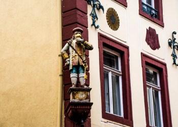 Die Perkeo-Figur thront vor dem gleichnamigen Gasthaus – und trinkt natürlich. Bild Philipp Hiller