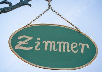 Bild: pixabay (https://pixabay.com/de/zimmer-zimmer-frei-tourismus-schild-2365613/), CC0 1.0 Universell (https://creativecommons.org/publicdomain/zero/1.0/deed.de)