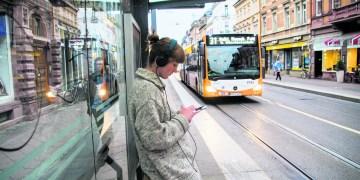 60 Prozent der Deutschen pendeln zur Arbeit. Mit Podcasts lässt sich diese Zeit nutzen, ob im Auto oder in den Öffis. Foto: Philip Hiller.